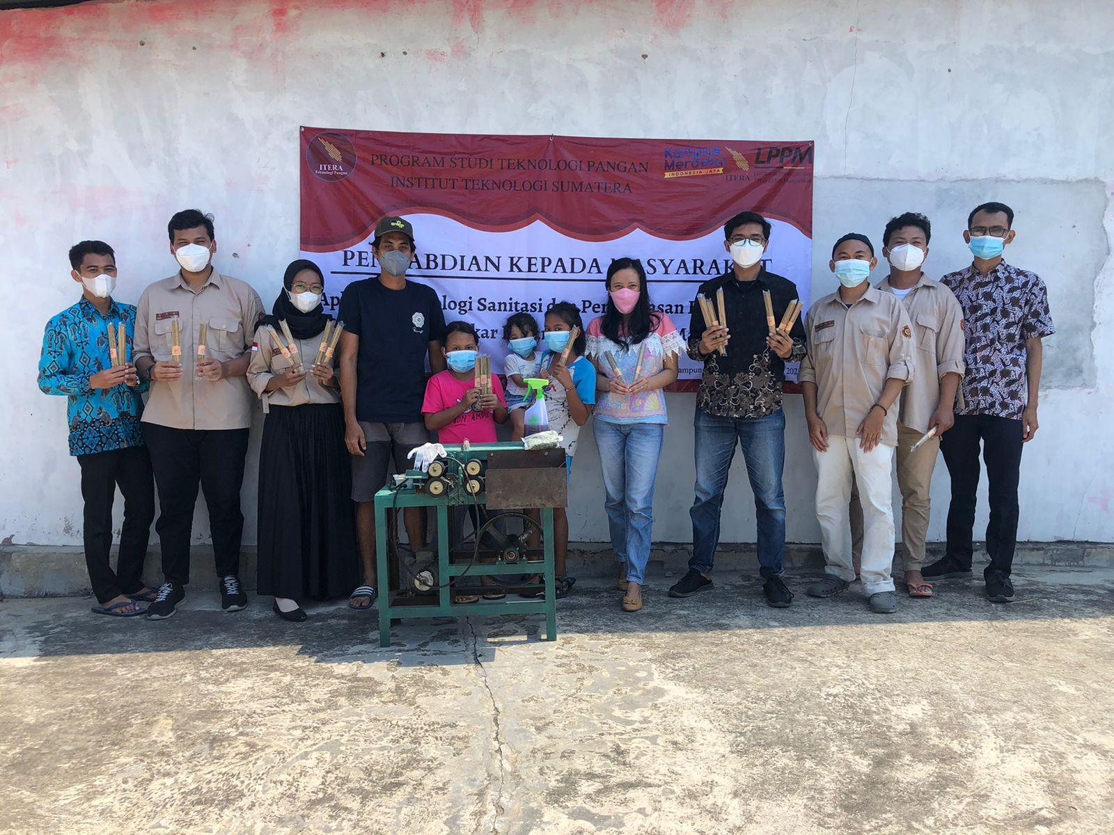 You are currently viewing Teknologi Pangan ITERA Aplikasikan Sanitasi dan Kemasan ke Tusuk Bakso di Lampung Timur